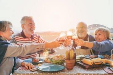 Un groupe de senior célèbre leur retrouvaille : le lien social est important pour eux