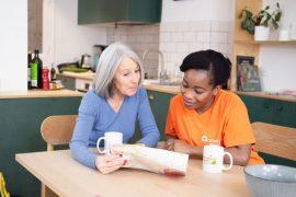 Une aide à domicile accompagne et rend service à une personne atteinte de la maladie d'alzheimer
