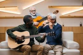 3 seniors jouent d'un instrument et profitent des bienfaits de la musique