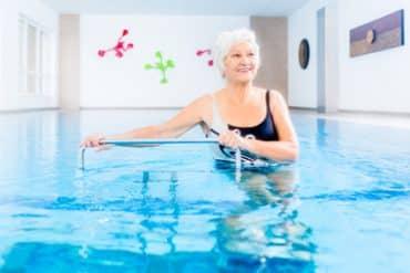 Soulager les maux des seniors grâce à la balnéothérapie