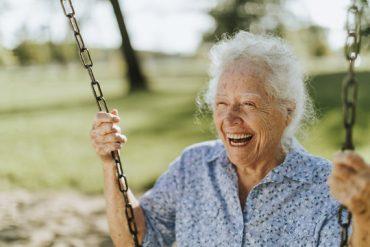 Une personne âgée sourit à la vie, après avoir découvert comment devenir centenaire
