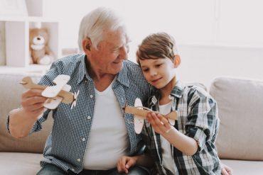 Un grand-père et son petits-fils célèbrent la fête des grands-parents en s'amusant