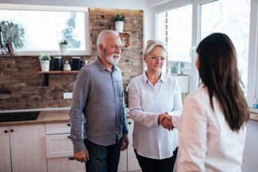 Un couple de seniors entrain de conclure la vente de leur appartement en viager