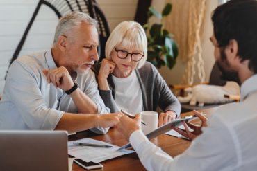 Un couple à la retraite compare le prix d'une mutuelle senior et ses avantages