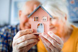 Un couple de personnes âgées réfléchit à l'aménagement de leur habitat