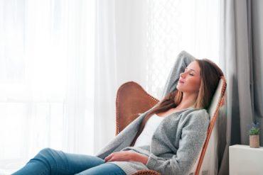 Un aidant s'accorde une séance de sophrologie pour se détendre et se ressourcer