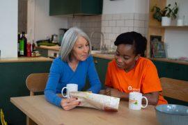 Une auxiliaire de vie amelis diplomée d'un bac pro ASSP prend son petit déjeuner avec un bénéficiaire