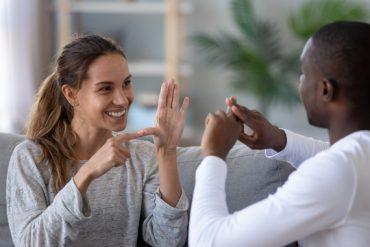 Un couple échange en utilisant la langue des signes française