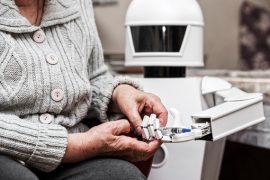 Un robot de compagnie apporte de l'aide à une personne âgée
