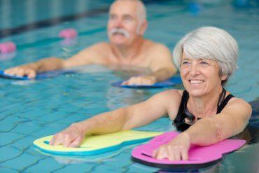 2 seniors profitent d'une séance d'aquagym pour se remettre au sport et à l'activité physique