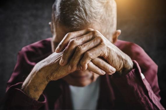 Une personne âgée victime de maltraitance se sent désemparée