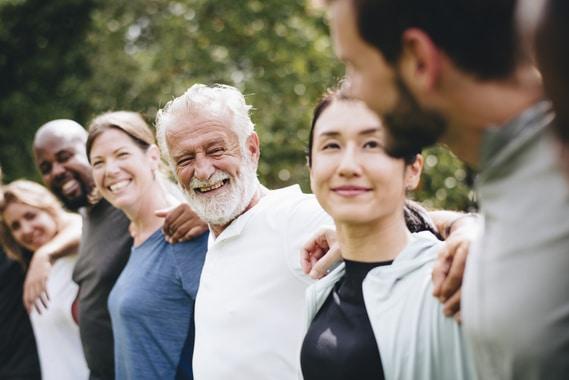 Les personnes âgées et la jeune génération se rassemblent lors de la semaine bleue